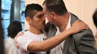 El conmovedor abrazo del padre de Micaela al único absuelto por la muerte de su hija