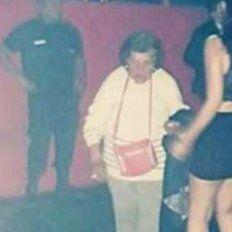 La abuela que fue al boliche a buscar a su nieta para que cuide a su bebé