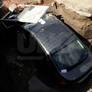 Otro auto cayó en la obra de desagües de Mariano Comas
