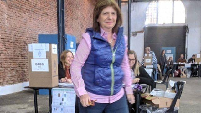 Patricia Bullrich votó temprano y evitó el contacto con los medios