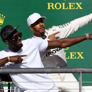 Lewis Hamilton, en compañía del jamaiquino Usain Bolt en la premiación.
