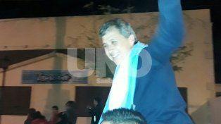 Festejo. El momento en que Gónzalez remarcó su victoria junto a sus seguidores.