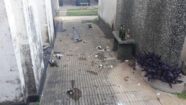 Dos jóvenes rompieron un panteón y terminaron presos