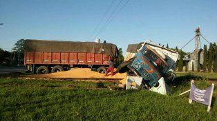 Milagro: chocaron un tren y un camión cargado con cereales, y no hubo lesionados