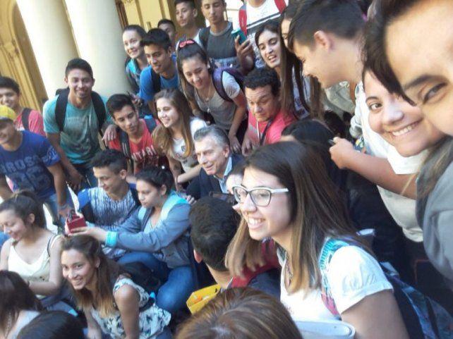 Macri saludó a estudiantes de una escuela santafesina que visitaron la Casa Rosada