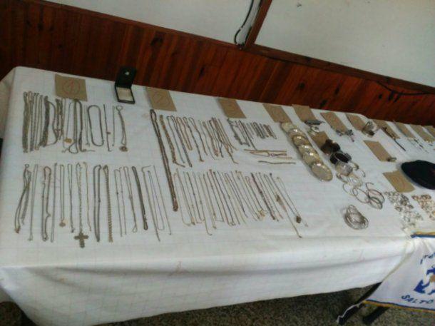 Un pescador halló un tesoro de oro en el río Uruguay y se lo entregó a Prefectura