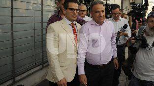 Se presentó. El Comisario Adrián Rodríguez (camisa rosa) junto con su abogado particular
