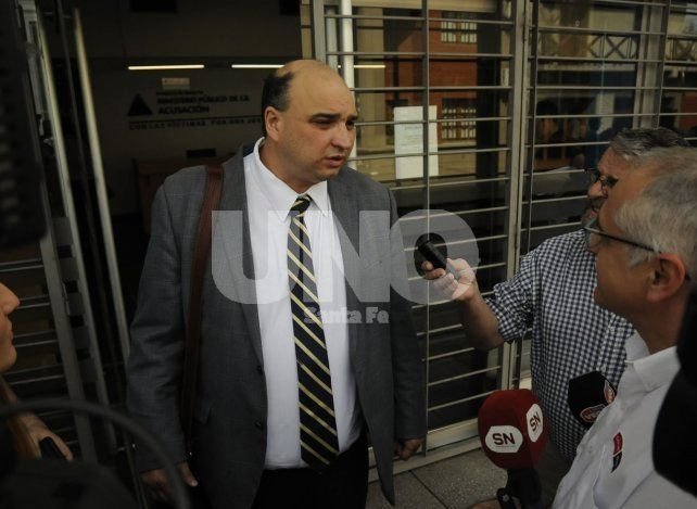Apartado. Roberto Apullán en la puerta de la Fiscalía Regional hoy por la mañana.