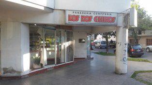 Otra vez rompieron la vidriera de la sucursal de la panadería Los Dos Chinos