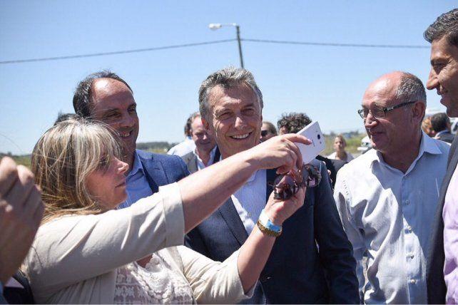 Selfie. Macri con dos de los referentes clave de Cambiemos en la provincia: el intendente de Santa Fe José Corral y el diputado electo Niky Cantard.