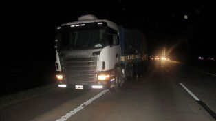 Rescatan con vida a un camionero entre hierros retorcidos después de un violento choque