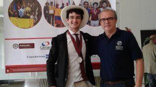 Foto. El docente Eduardo Castillo junto al joven rosarino que obtuvo medalla de plata en las Olimpíadas Iberoamericanas que se disputaron en Colombia.