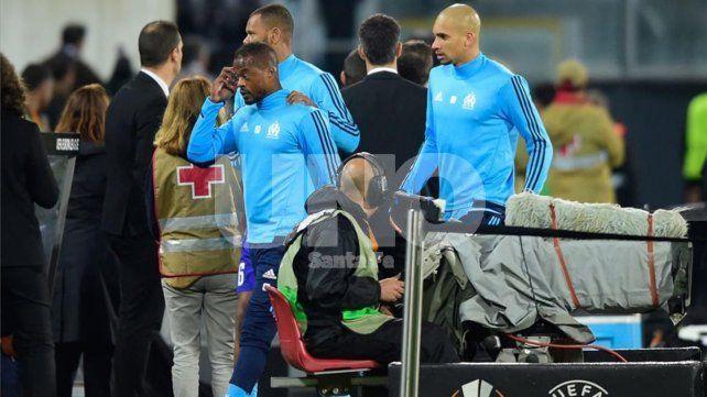 Evra no se aguantó y a lo Cantoná le pegó a un hincha de su equipo
