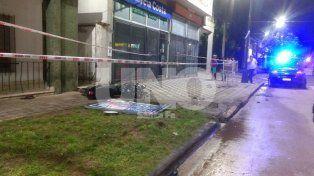 Iban en moto, chocaron un cartel, los socorrieron y les secuestraron un arma cargada