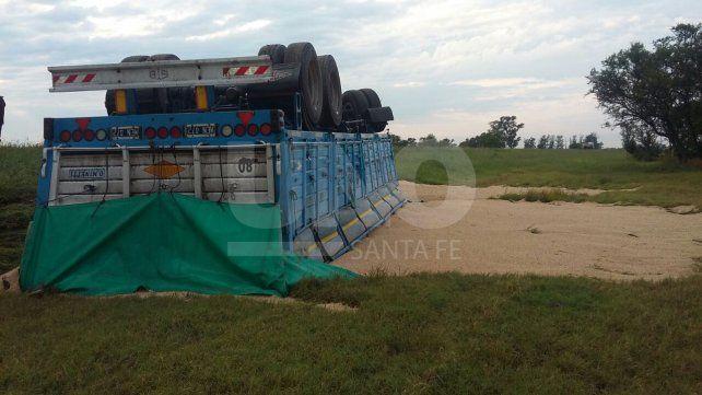 Volcó un camión cargado con 30 toneladas de soja y el chofer resultó ileso