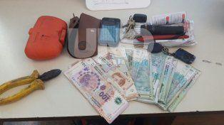 Persiguieron y aprehendieron a un delincuente que asaltó a un taxista, y recuperaron lo robado
