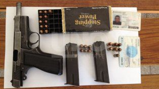 Persiguieron y detuvieron tres sujetos con un arma de guerra cargada