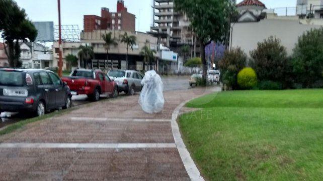 ¿Quién es el misterioso hombre bolsa que hoy recorrió la ciudad?