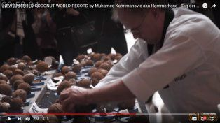 Conocé al campeón del mundo rompiendo cocos: destrozó 123 en un minuto