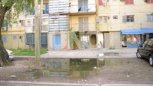 Barrio El Pozo: desbordaron las cloacas frente a la escuela y el jardín