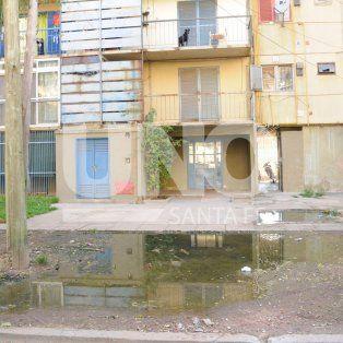 barrio el pozo: desbordaron las cloacas frente a la escuela y el jardin