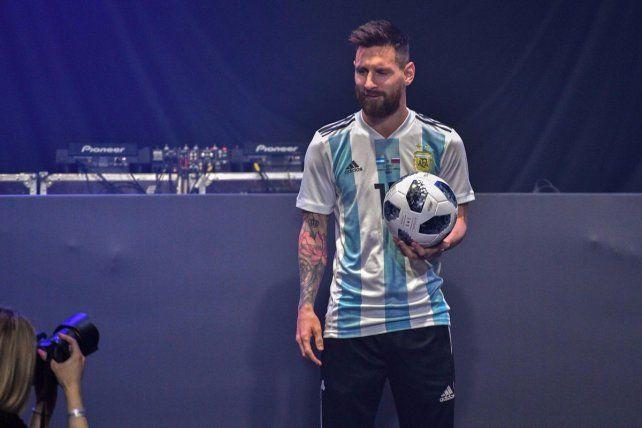 Messi presentó la pelota del Mundial