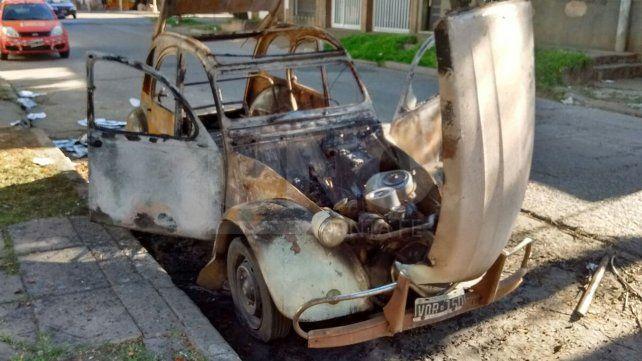 Un Citroën 3 CV se convirtió hoy en el 100º auto quemado del año