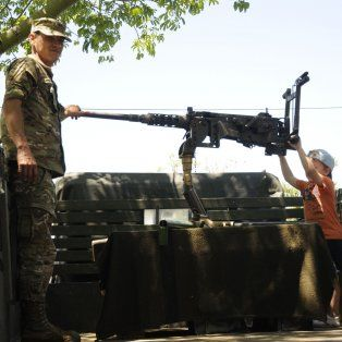 tanques y vehiculos militares se exhiben en la costanera santafesina