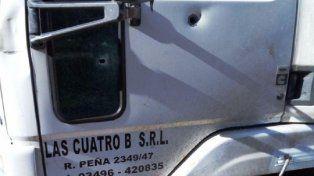 Impacto. Uno de los disparos que recibió el camión ayer por la noche.