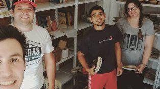 Acomodando. Integrantes de la asociación civil organizan los libros en los distintos estantes.