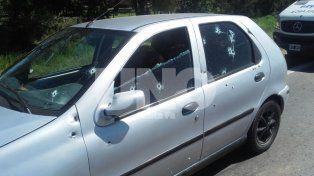 Feroz ataque. Así quedó el auto en el que viajaban las personas atacadas.