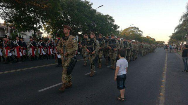 Orgullo patriótico en el desfile militar por el 70ª aniversario del Liceo