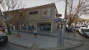 Se olvidaron de cerrar la puerta de la sucursal del Nuevo Banco de Santa Fe en Guadalupe Oeste