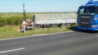 Milagro en la ruta: volcó un camión cargado con 30 toneladas de cereal y el chofer resultó ileso