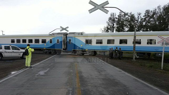 El acoplado de un camión fue embestido por un tren de pasajeros y no hubo heridos