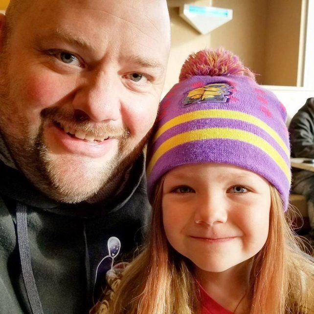 Papá soltero tomó un curso de peluquería para aprender a peinar a su hija