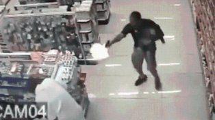 Un policía mató a dos ladrones con su hijo en brazos