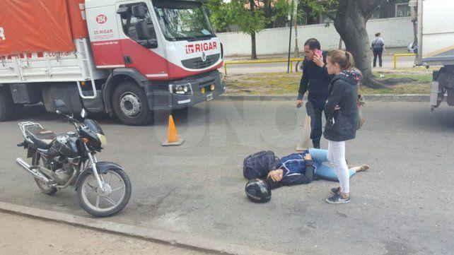 Una mujer cayó de su moto al esquivar un perro que cruzó la calle