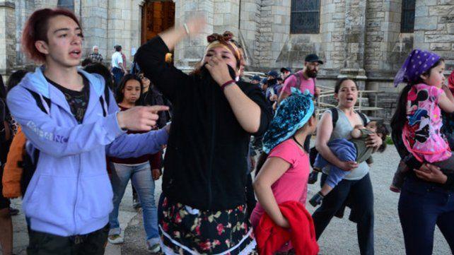 Manifestantes que protestaban por la muerte de un mapuche atacaron la catedral de Bariloche
