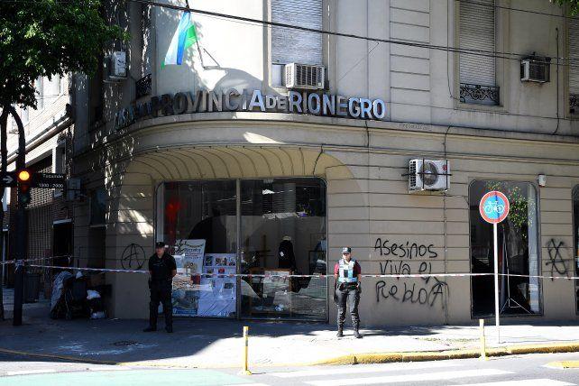 En Buenos Aires. La Casa de Río Negro permanece con custodia policial tras los  incidentes ocurridos el sábado luego de  conocerse el asesinato de un mapuche durante un desalojo en la villa Mascardi