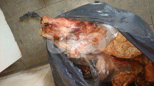 Secuestro. Parte de la carne de dudosa procedencia que fue encontrada ayer en los allanamientos.