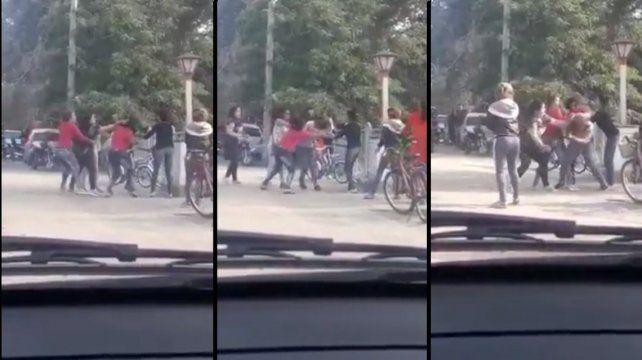 Tremenda pelea de madres en la puerta de un colegio. VIDEOS