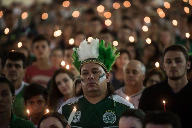Una procesión en la madrugada para homenajear al plantel de Chapecoense
