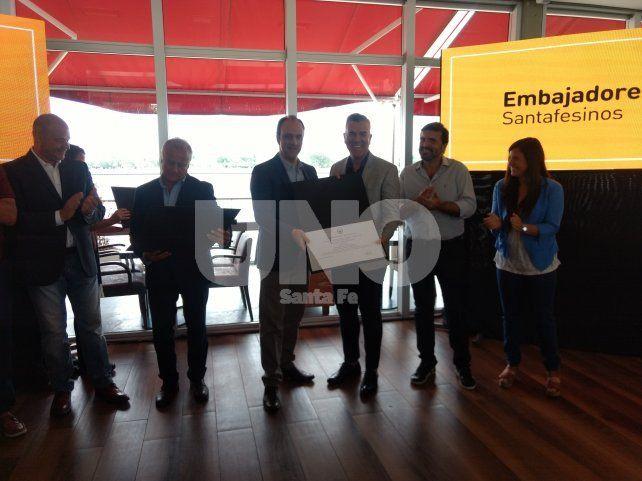 Dady Brieva recibe el reconocimiento como Embajador Cultural de parte del intendente José Corral