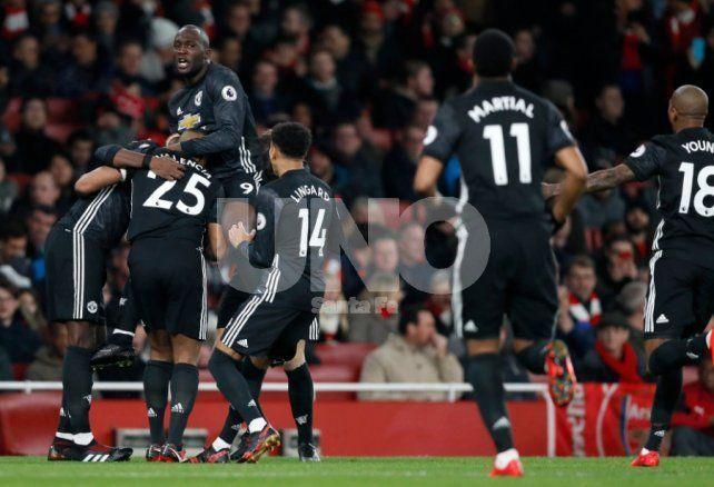 Manchester United venció a Arsenal y es escolta del City