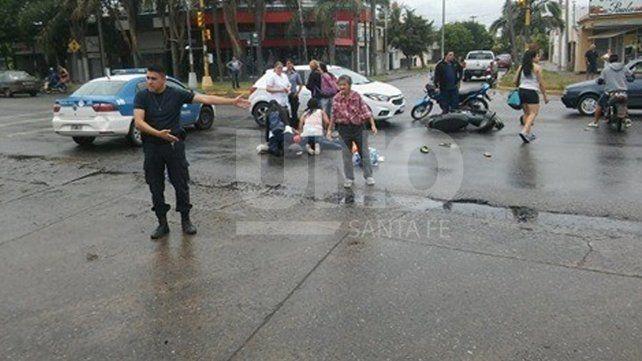Un lector de UNO Santa Fe envió la foto tomada minutos después del accidente en Avenida Aristóbulo del Valle y Llerena.