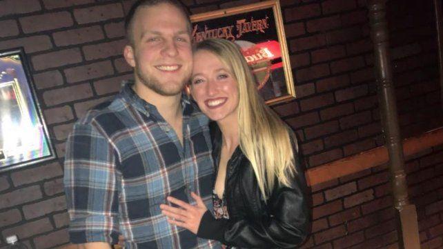 ¿Por qué se arrepintió este chico de publicar esta foto de su novia en Twitter? Mirá bien la imagen