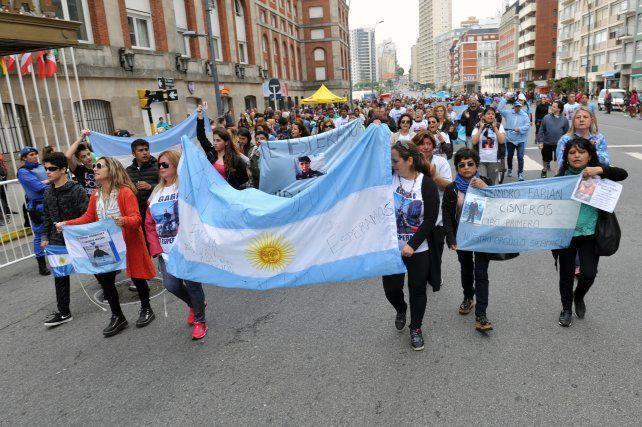 Familiares de tripulantes marcharon y exigieron la presencia de Macri