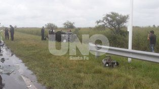 Impactante accidente entre un auto y un camión deja una mujer con severos politraumatismos