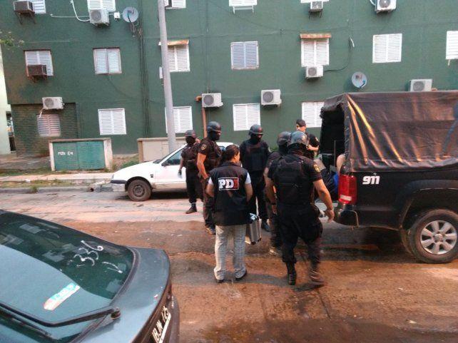 Madrugada del lunes. Así trasladaban a sede policial al sujeto buscado por la Justicia provincial.